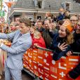 Le prince Pieter-Christiaan et sa femme la princesse Anita avec la foule lors des célébrations du King's Day à Amsfoort le 27 avril 2019 pour les 52 ans du roi Willem-Alexander des Pays-Bas.