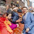 Le prince Constantijn fait un selfie lors des célébrations du King's Day à Amsfoort le 27 avril 2019 pour les 52 ans du roi Willem-Alexander des Pays-Bas.