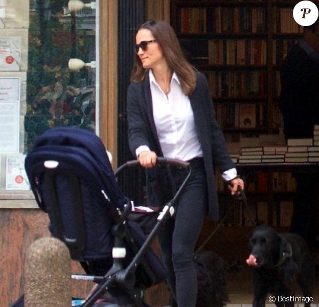 Exclusif - Pippa Middleton s'arrête dans une librairie de Londres avec son fils Arthur et ses deux chiens le 1er mai 2019.