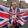 Un fan devant le château de Windsor le jour de la naissance du bébé du prince Harry et de Meghan Markle le 6 mai 2019