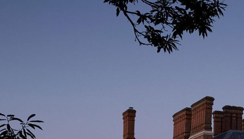 """Illustrations de l'hôtel """"Heckfield Place"""" où le prince Harry, duc de Sussex, et Meghan Markle, duchesse de Sussex, enceinte, ont passé trois jours en amoureux pour célébrer leur babymoon (lune de miel pour la venue du bébé). Un petit séjour qui leur coûté la bagatelle d'environ 40.000 euros. Le manoir géorgien du XVIIIe siècle est devenu un lieu de prédilection pour les célébrités. Le couple princier a réservé l'appartement le plus cher, appelé «The Long Room» (12.000 euros la nuit), disposant de sa propre salle à manger, de terrasses privées et de 200 hectares de vues sur la campagne. Les deux amoureux seraient se promener dans le parc et auraient choisi de manger seuls dans leur chambre. Cet hôtel ultra chic possède son propre cinéma privé doté de luxueux fauteuils en cuir. Détenu par le «milliardaire invisible» américain originaire de Hong Kong, Gérald Chan, l'hôtel """"Heckfield Place"""" dispose également de son propre studio de fitness Bodyism, et propose toute une gamme de cours - idéal pour les amateurs de yoga comme Meghan. Hampshire, le 5 avril 2019. Prince Harry and Meghan Markle escaped for a lavish three-night £33,000 'babymoon' at a Hampshire hotel. The Duke and Duchess of Sussex, who are set to welcome their new baby in just a few weeks, reportedly stayed at the five-star Heckfield Place hotel in Hook, Hampshire. The 18th century Georgian mansion has become a favourite among celebrities with guests including Liv Tyler and Cara and Poppy Delevingne staying there while attending Princess Eugenie's wedding in nearby Windsor in October. The expectant couple booked out the most expensive apartment called 'The Long Room' - which for £10,000-a-night comes with its own dining room, private terraces and 400 acres of countryside views. The pair reportedly went for walks in their wellies and chose to eat alone in their room, avoiding the two in-house restaurants run by Michelin-starred Vogue food editor and restaurateur, Skye Gyngell.The ultra-posh hotel even has its"""