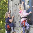 Mia Tindall et sa cousine Isla Phillips sur un mur d'escalade lors du Royal Windsor Horse Show le 11 mai 2019