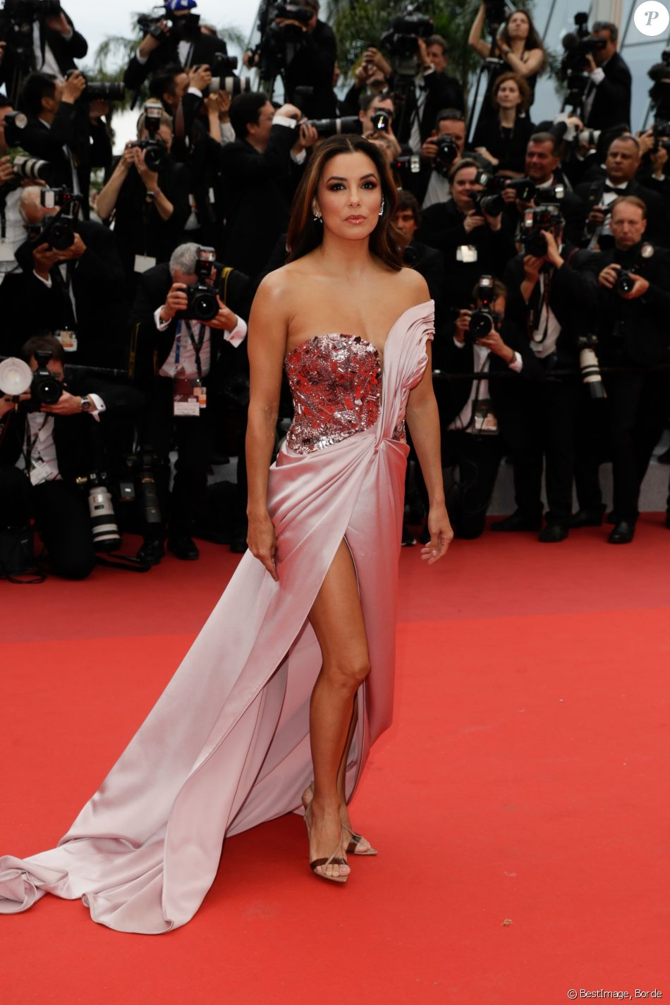 "Eva Longoria - Montée des marches du film ""The Dead Don't Die"" lors de la cérémonie d'ouverture du 72e Festival International du Film de Cannes. Le 14 mai 2019 © Borde / Bestimage"