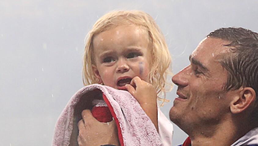 Antoine Griezmann avec la coupe du monde et sa fille Mia, à Moscou le 15 juillet 2018.