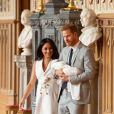 Meghan Markle, duchesse de Sussex, et le prince Harry lors de la présentation de leur fils Archie Harrison Mountbatten-Windsor dans le hall St George au château de Windsor le 8 mai 2019.