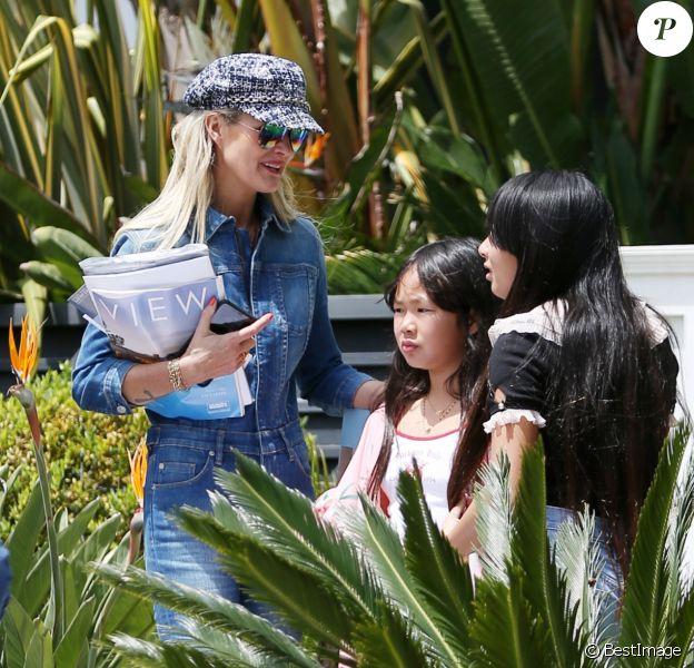 Laeticia Hallyday, ses filles Jade et Joy et deux amies d'école devant la villa de Pacific Palisades, Los Angeles, Californie Etats-Unis, le 18 mai 2019.