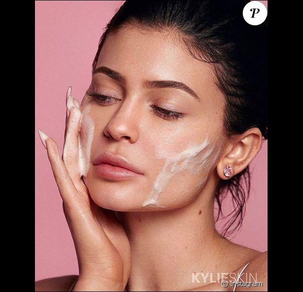 Kylie Jenner fait la promotion de sa marque de produits cutanés, Kylie Skin.
