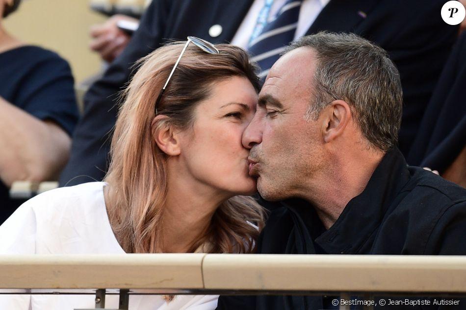 Nikos Aliagas et sa femme Tina dans les tribunes lors des internationaux de tennis de Roland Garros à Paris, France, le 31 mai 2019. © Jean-Baptiste Autissier/Panoramic/Bestimage