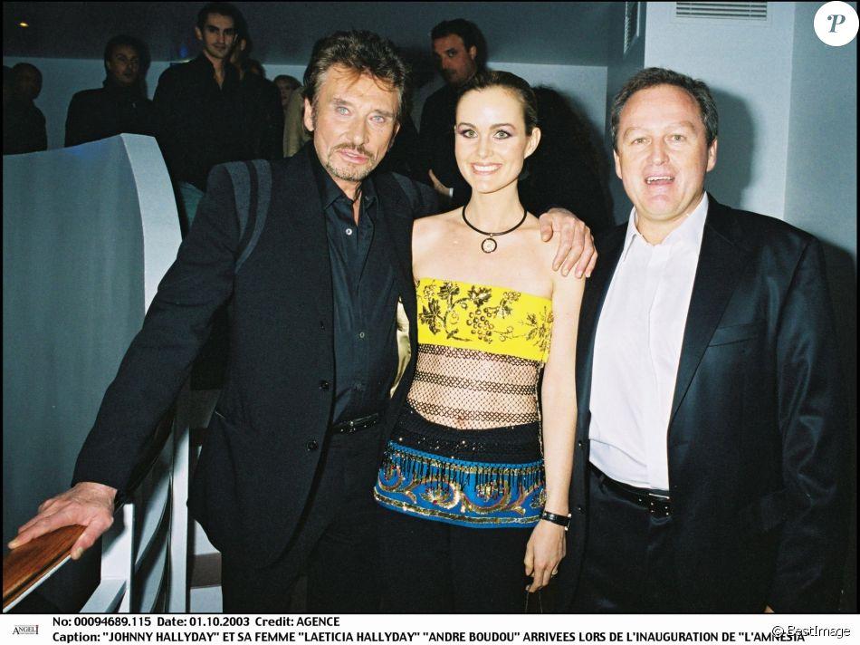Johnny et Laeticia Hallyday et André Boudou lors de l'inauguration de L'Amnésia, le 1er octobre 2003.