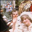 La princesse Diana dans sa robe de mariée conçue par David et Elizabeth Emanuel lors de son mariage avec le prince Charles en juillet 1981.