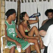 Ronaldinho : pieds nus, un verre à la main, des femmes qui lui veulent du bien... La belle vie à Miami !