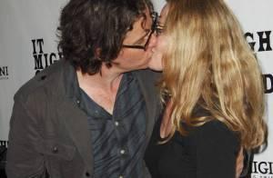 La craquante Elisabeth Shue embrasse à pleine bouche... devant un parterre de rockstars !