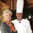 Paul Bocuse et sa femme Raymonde le 2 décembre 2001 à L'Auberge du Pont de Collonges, leur restaurant à Collonges-au-Mont-d'Or.
