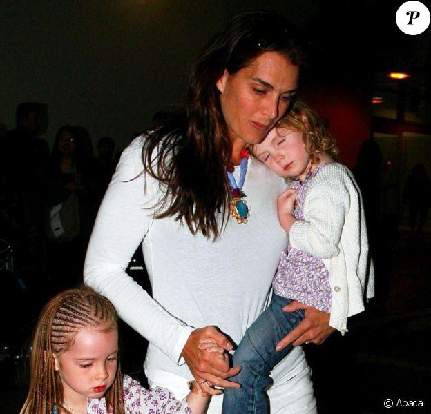 Brooke Shields et ses filles Rowan et Grier arrivant à l'aéroport de Los Angeles le 20 juin 2009