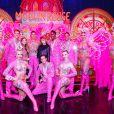 Exclusif - Cara Delevingne et sa compagne Ashley Benson posent avec les danseurs de la revue du Moulin Rouge à Paris, France, le 9 avril 2019. © Marc Ausset-Lacroix/Bestimage
