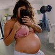 Anaïs Camizuli enceinte de 8 mois, elle prend la pose sur Instagram, le 9 juin 2019