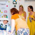 La princesse Madeleine de Suède en séance de dédicaces de son livre pour enfants Stella och hemligheten (Stella et le Secret) sur le parvis du palais royal à Stockholm, le 6 juin 2019, le jour de la Fête nationale.