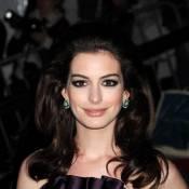 Découvrez Anne Hathaway maquillée et déguisée... en Reine Blanche pour Tim Burton ! Magnifique !