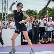 Fabienne Carat fait du breakdance en minishort, face à Laury Thilleman