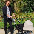 Norman Thavaud pose avec son bébé au cours d'une balade en poussette. Instagram, le 31 mars 2019.
