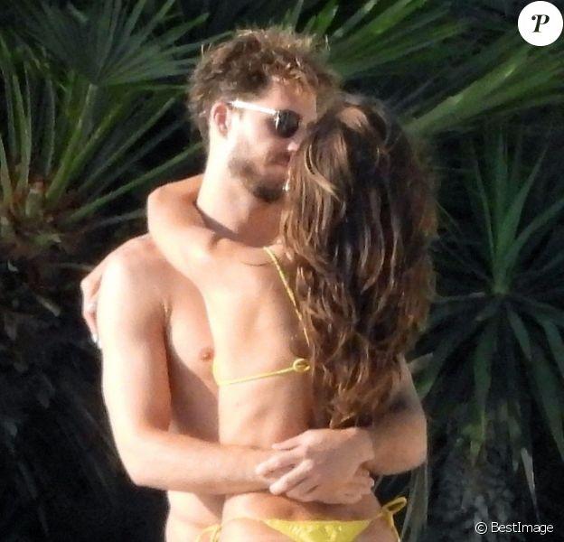Le mannequin brésilien Izabel Goulart (dans un bikini jaune) et son fiancé le footballeur international allemand Kevin Trapp, très amoureux, profitent de leurs vacances sur l'île de Mykonos, Grèce, le 25 juin 2019.