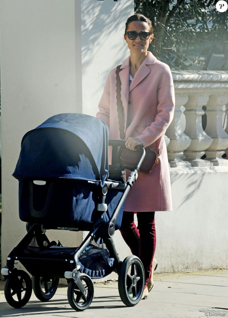 Exclusif - Pippa Middleton profite du soleil de Londres pour sortir son fils Arthur en poussette le 27 février 2019.