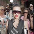 Kim Kardashian aime les formes géométriques et le prouve dans le choix de ses lunettes : un choix (presque) carré !