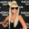 Toujours déjantée, Lady Gaga maîtrise néanmoins son look : en tendance rock'n roll, elle n'oublie pas ses Wayfarer !