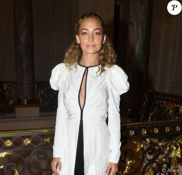 Nicole Richie assiste à la présentation de la collection Haute Couture de Giambattista Valli. Paris, le 1er juillet 2019.