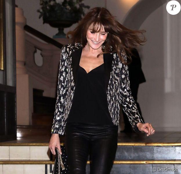 Carla Bruni quitte le gala de la Vogue Paris Foundation, au Trianon. Paris, le 2 juillet 2019.