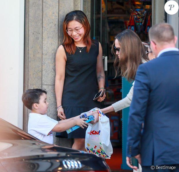 Angelina Jolie quitte un magasin Jouéclub et donne un des jouets qu'elle a acheté à un enfant. Paris, le 9 juillet 2019.