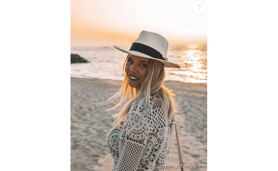 Jessica Thivenin enceinte et souriante à la plage, le 22 juillet 2019