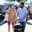 Whitney Port, son mari Tim Rosenman et leur fils Sonny sont allés faire des courses au Farmer's Market à Studio City. Le 21 juillet 2019  PLEASE HIDE CHILDREN'S FACE PRIOR TO THE PUBLICATION - Studio City, CA - Whitney Port seen enjoys her Sunday with her husband Tim Rosenman and son Sonny at the Farmer's Market on Sunday, 21st July 201921/07/2019 - Los Angeles