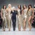 Donatella Versace a conclu le défilé Versace printemps-été 2018 dédié à la mémoire de son frère Gianni avec à ses côtés Carla Bruni-Sarkozy, Claudia Schiffer, Naomi Campbell, Cindy Crawford et Helena Christensen, le 22 septembre 2017 à la Fashion Week de Milan.