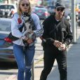 Info du 27 juillet 2019 (Waldo Picasso, le chien de Sophie Turner, tué dans un accident de voiture. L'actrice est dévastée) - Joe Jonas et sa fiancée Sophie Turner se promènent avec leur petit chien Porky Basquiat et font du shopping dans les rues de West Hollywood, le 4 avril 2018