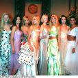 Stephanie Seymour (deuxième en partant de la gauche), Emme Sjoberg, Karen Mulder, Nadja Auermann, Claudia Schiffer, Shalom Arlow et Nadege au défilé Versace à Paris. Janvier 1995.