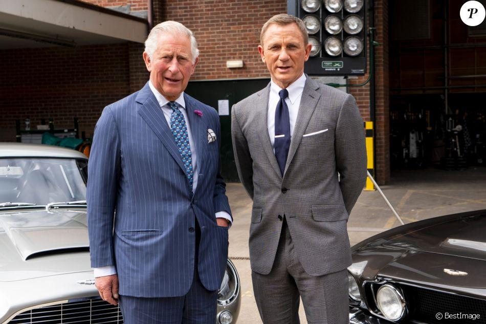 Le prince Charles, prince de Galles, vient saluer les acteurs sur le tournage du 25ème James Bond aux studios Pinewood à Iver Heath dans le Buckinghamshire le 20 juin 2019