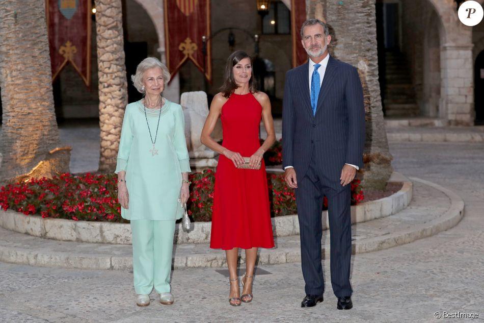 Le roi Felipe VI, la reine Letizia d'Espagne et la reine Sofia accueillaient quelque 600 invités au palais de la Almudaina le 7 août 2019 à Palma de Majorque pour la traditionnelle réception offerte en l'honneur de la communauté des Îles Baléares.
