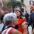 Le roi Felipe VI et la reine Letizia d'Espagne ont consacré une dizaine de minutes à la foule rassemblée devant le palais de la Almudaina le 7 août 2019 à Palma de Majorque, où ils donnaient leur traditionnelle réception en l'honneur de la communauté des Îles Baléares.