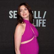 Anne Hathaway, enceinte, ose la robe sexy avec son ventre rond