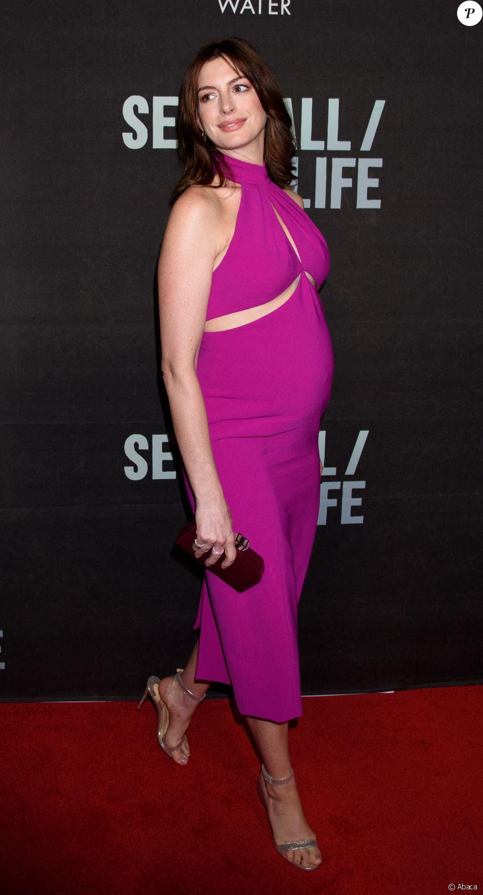 """Anne Hathaway, enceinte et escortée de son mari Adam Shulman, lors de la première du spectacle de Broadway """"Sea Wall/A Life"""", à New York, le 8 août 2019."""