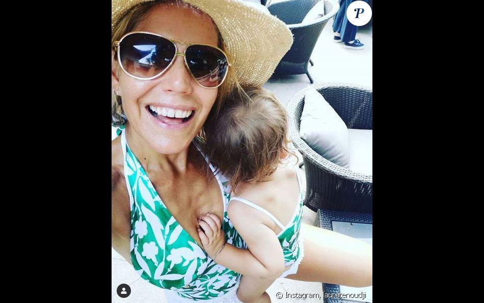 Laura Tenoudji pose avec sa fille Bianca dans un maillot de bain assorti. Instagram, août 2019.