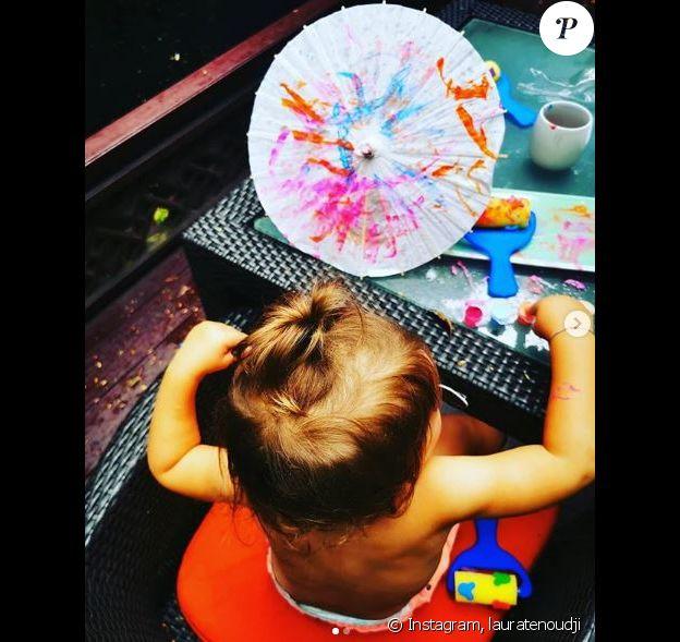 Laura Tenoudji publie des photos de ses enfants Milan et Bianca en plein atelier artistique. Le 9 août 2019.
