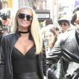 Paris Hilton porte une mini jupe en cuir noire lors d'un rendez-vous à AOL Build Series à New York, le 16 mai 2019.
