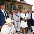 Emmanuel Macron, président de la République Française, et la première dame Brigitte Macron (avec une attelle au bras droit) arrivent à la mairie de Bormes-les-Mimosas où ils sont accueillis par François Arizzi (maire de Bormes-les-Mimosas) lors de la cérémonie de commémoration du 75ème anniversaire de la libération de la ville de Bormes-les-Mimosas, le 17 août 2019. © Luc Boutria/Nice-Matin/Bestimage