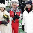 La reine Silvia et le roi Carl XVI Gustaf de Suède avec leur ami Egon Zimmermann, en février 2007 lors des championnats du monde de ski alpin en Suède.