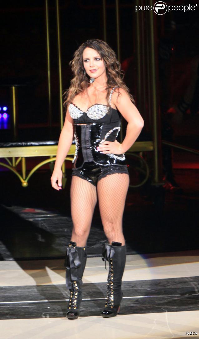 Britney Spears a-t-elle pris quelques kilos ? Elle a beau sourire, si elle continue, il va falloir refaire ses tenues de scène ! Hier à Bercy le 4 juillet 2009
