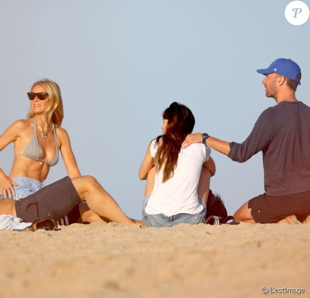 Exclusif - Gwyneth Paltrow, son mari Brad Falchuk, son ex-mari Chris Martin et sa compagne Dakota Johnson profitent d'une après-midi à la plage dans les Hamptons, le 7 août 2019.
