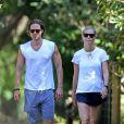 Exclusif - Gwyneth Paltrow et son mari Brad Falchuk se promènent dans les rues des Hamptons. Les jeunes mariés viennent tout juste de s'installer ensemble, le 14 août 2019.
