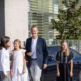 La princesse Leonor des Asturies et l'infante Sofia d'Espagne ont rendu visite avec leurs parents le roi Felipe VI d'Espagne et la reine Letiza à leur grand-père le roi Juan Carlos Ier durant sa convalescence à l'hopital Quiron Salud à Madrid le 27 août 2019, suite à son triple pontage coronarien.